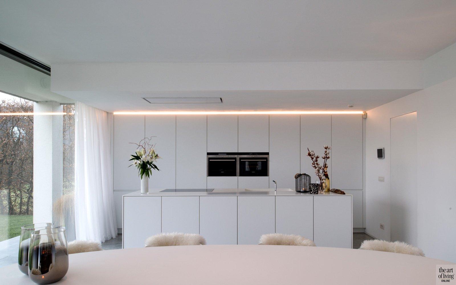 Minimalistische witte keuken, Interpoint, maatwerk, verstopte afzuiging, hedendaagse villa, Leers & Partners