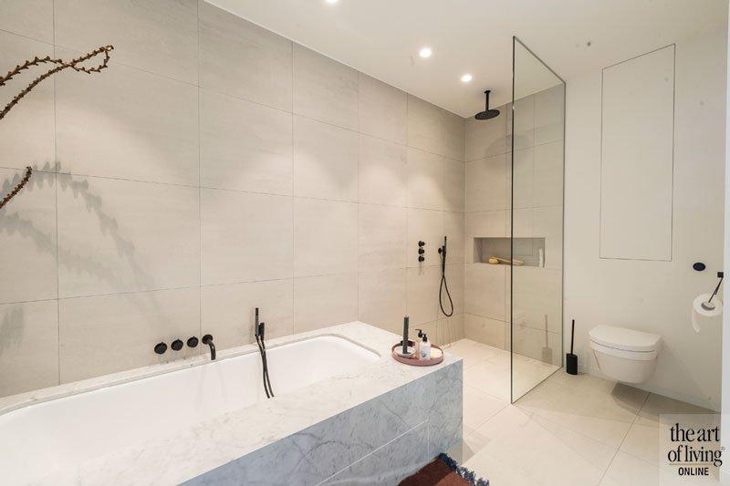 Badkamer, bad, inloopdouche, sanitair, natuursteen, tegels, Mosa, Aqualex, kraan, groepspraktijk, Jelle Vandecasteele