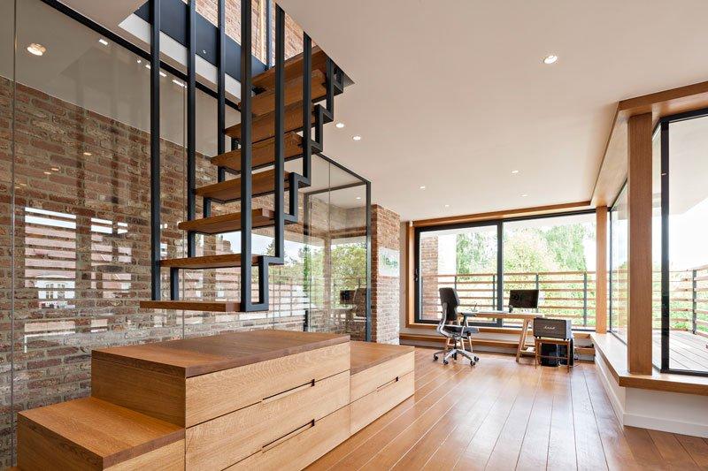 Woonkamer, houten vloer, zwevende trap, Amerikaanse stijl, b+ villas