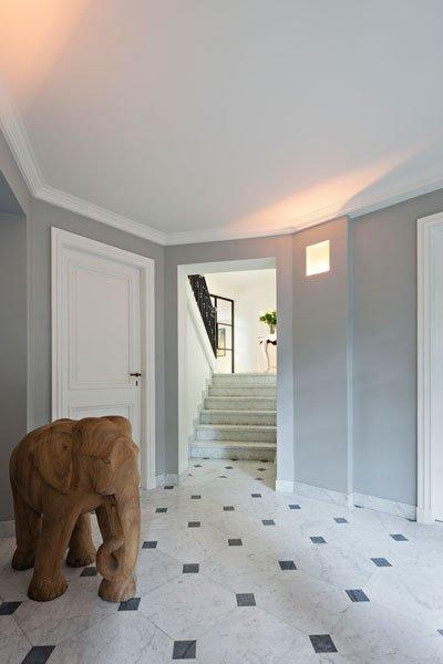 Entree, hal, natuursteen, lichte kleuren, kunst, trap, klassieke villa, b+ villas