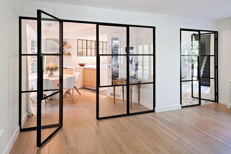 Woonkamer, houten vloer, stalen deuren, glas, keuken, klassieke villa, b+ villas