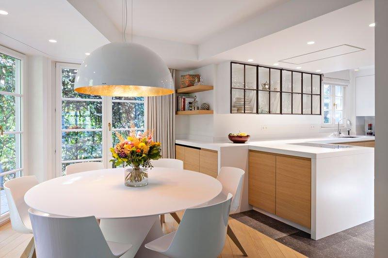 keuken, ronde tafel, hout, houten vloer, klassieke villa, b+ villas
