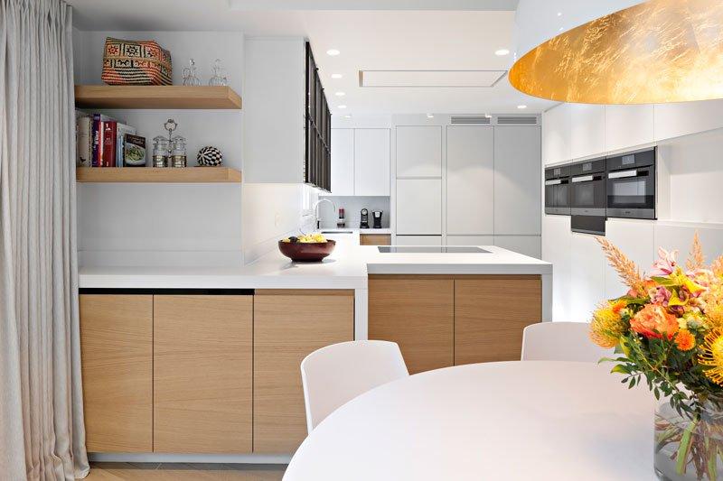 Keuken, wit, hout, maatwerk, ronde tafel, aanrecht, klassieke villa, b+ villas