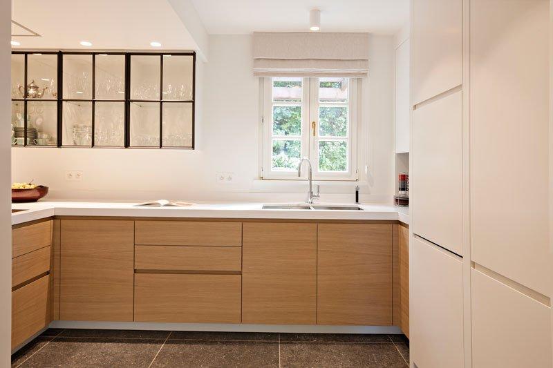 Keuken, houten kastjes, staal, glas, aanrecht, klassieke villa, b+ villas