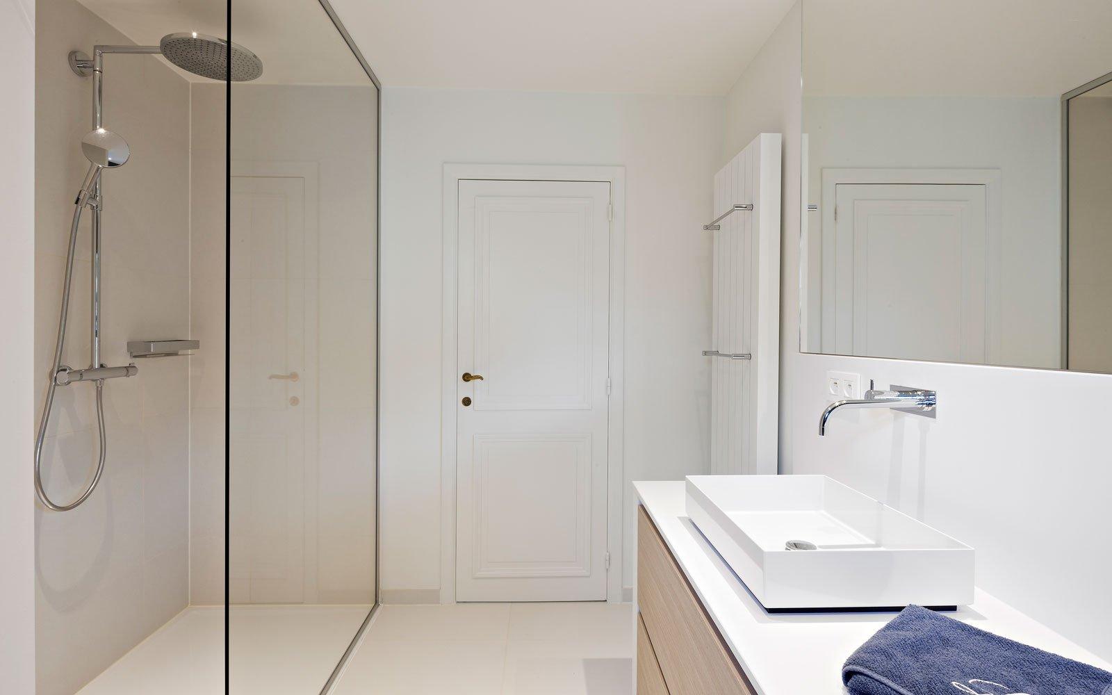 Badkamer, sanitair, regendouche, inloopdouche, glazen wand, klassieke villa, b+ villas