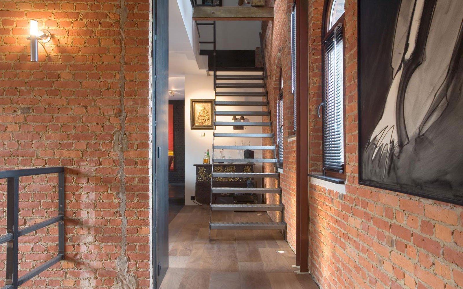 Trap, stalen trap, authentieke materialen, houten vloer, ruimtelijk, woning in klooster, Bart van Wijk