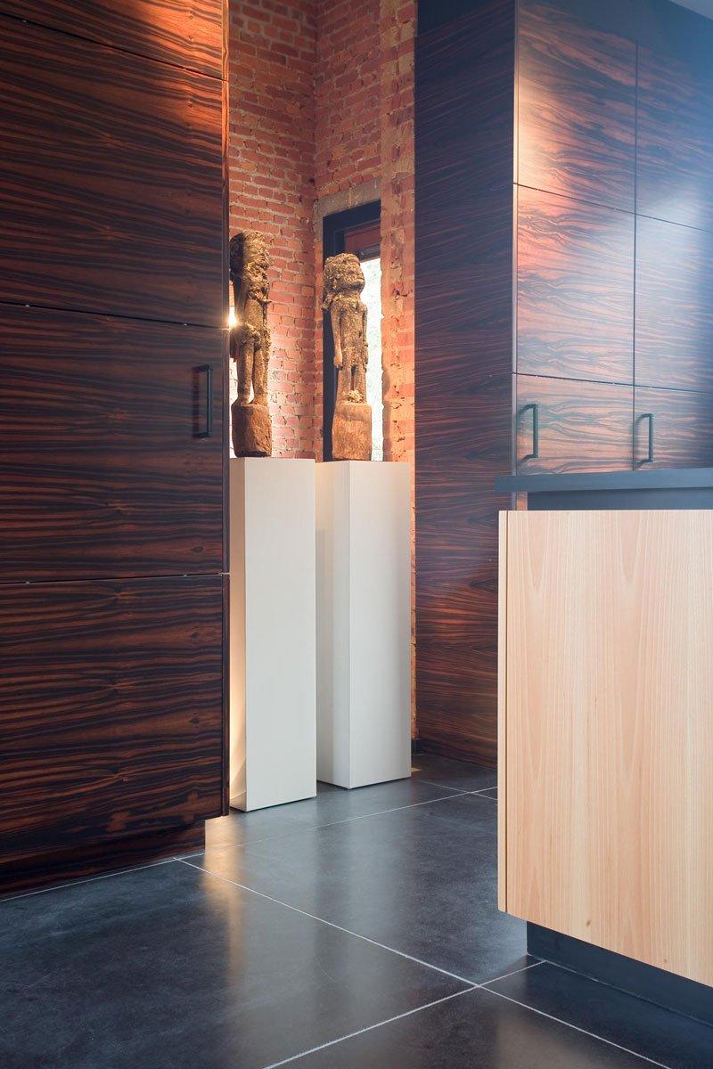 Keuken, hout, maatwerk kasten, details, tegelvloer, houten vloer, woning in klooster, Bart van Wijk