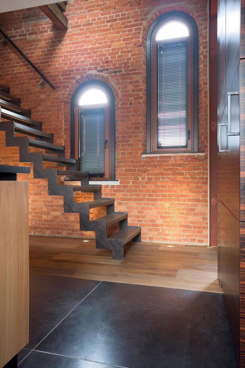 Trap, authentieke materialen, stenen muur, tegelvloer, houten vloer, maatwerk, keuken, woning in klooster, Bart van Wijk