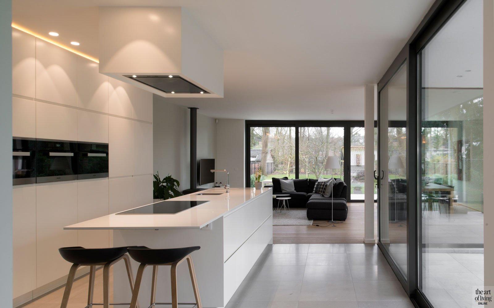 Open keuken, kookeiland, krukjes, wit, strak, grote ramen, modern villa, Leers & Partners
