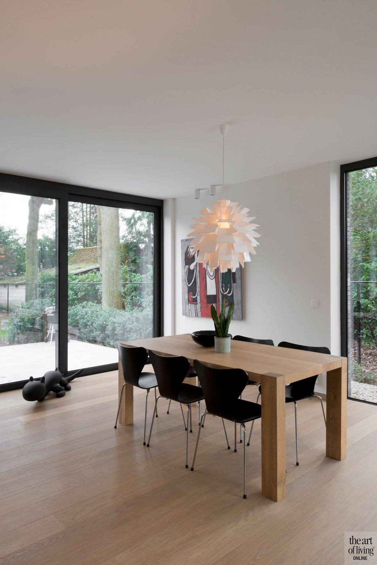 Eetkamer, eettafel, hout, houten vloer, parket, grote ramen, moderne villa, Leers & Partners