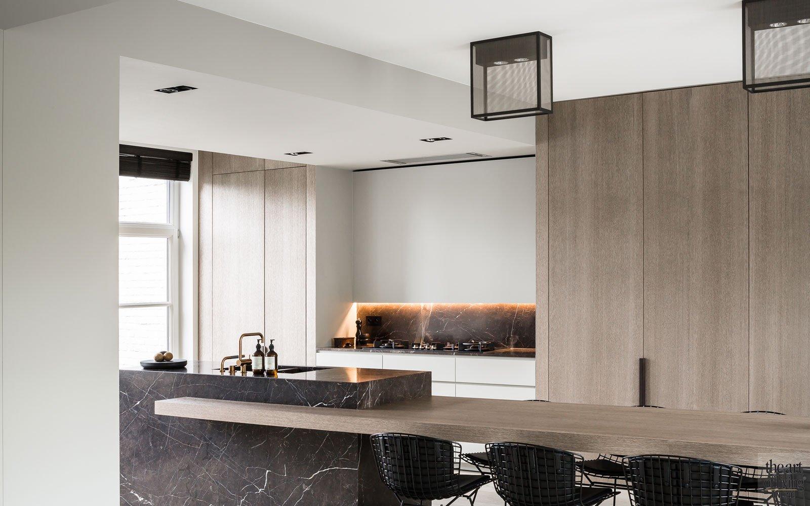 Keuken, natuursteen, leren wandbekleding, maatwerk kasten, kranen VOLA, renovatie herenhuis, JUMA architects