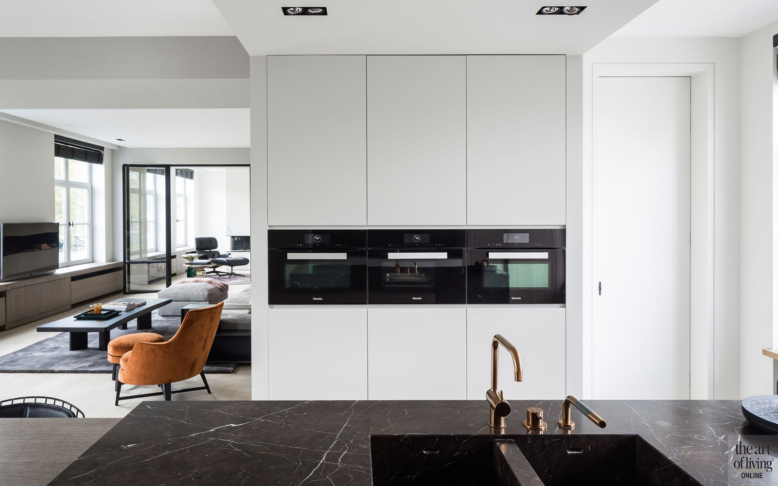 Keuken, natuursteen, open ruimte, apparatuur, kraan, VOLA, parket, Corvelyn NV, renovatie herenhuis, JUMA architects