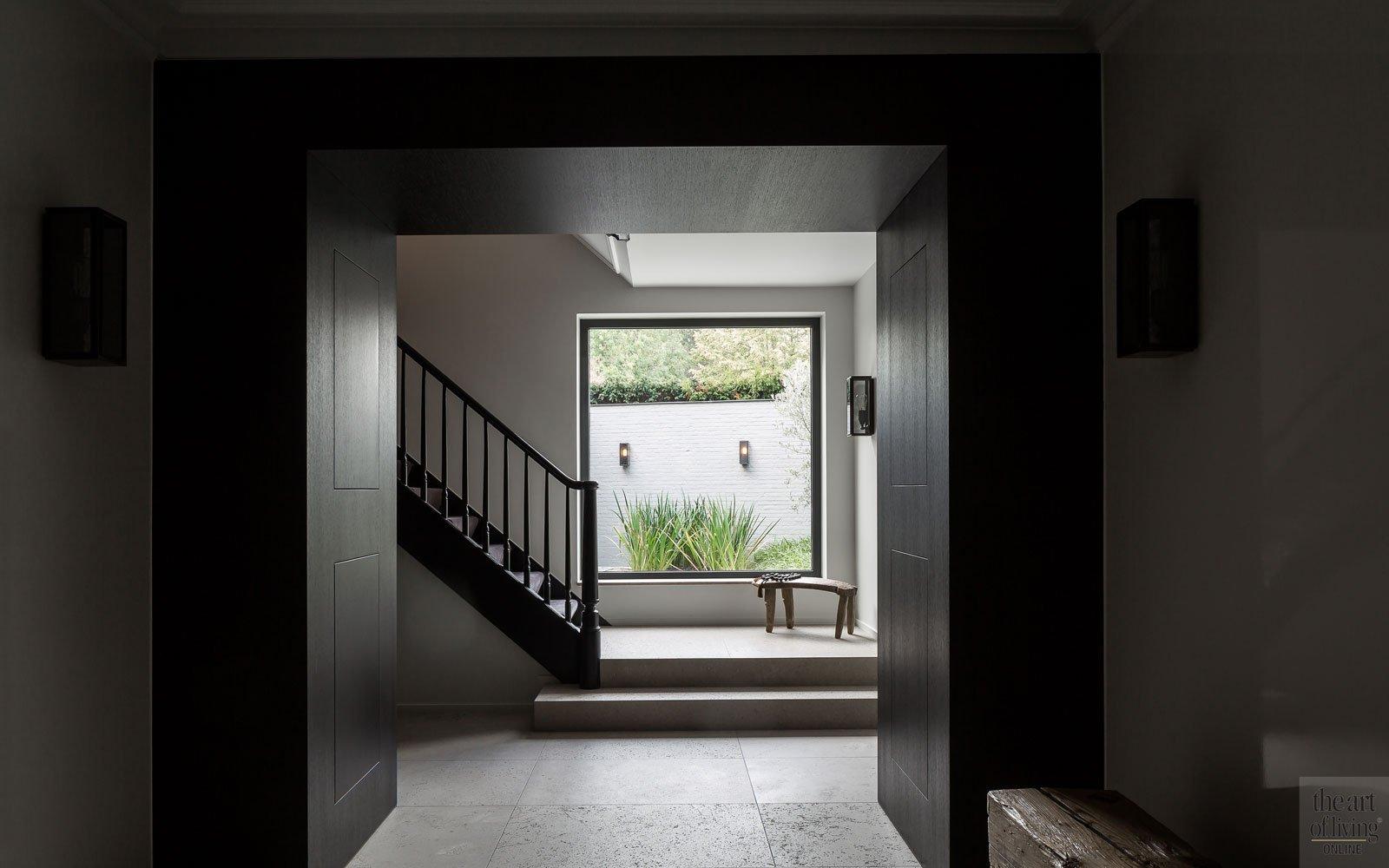 Inkom, entree, hal, trap, groot raam, patio, zwemvijver, tuin, Cools tuinaanleg, herenhuis, renovatie, JUMA Architects