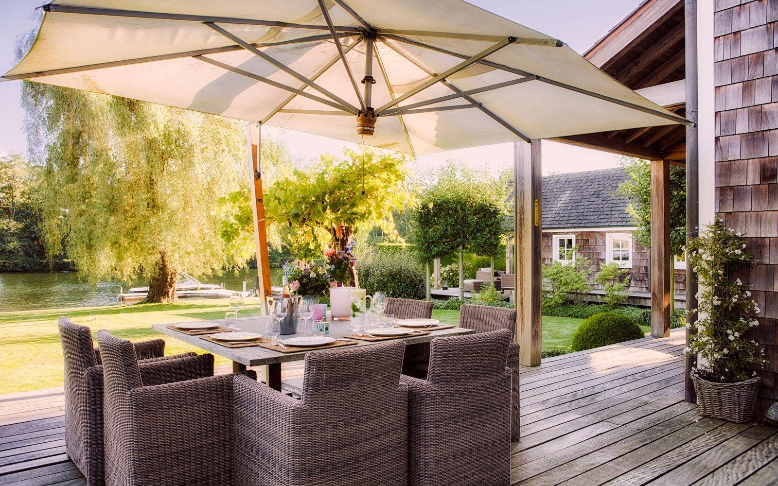 Terras, tuin, tuinmeubelen, parasol, buitenleven, vlonder, Amerikaanse stijl