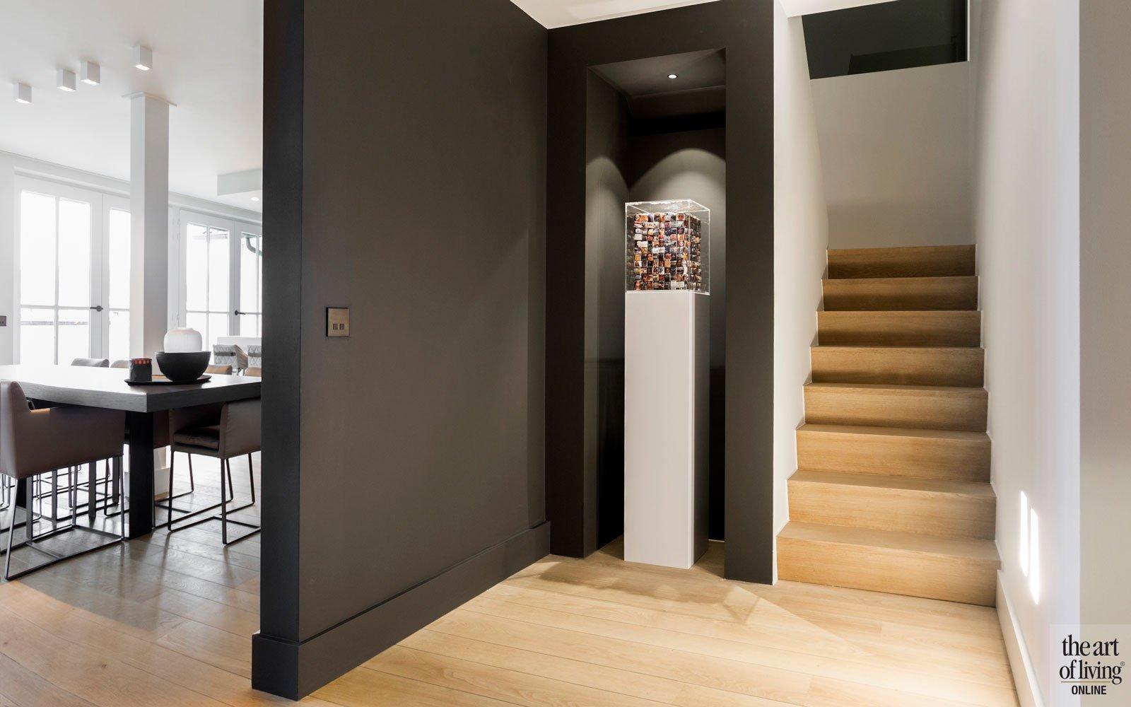 Entree, binnenkomst, hal, trap, houten vloer, donkere muren, warm, modern appartement, DesignbyAnke