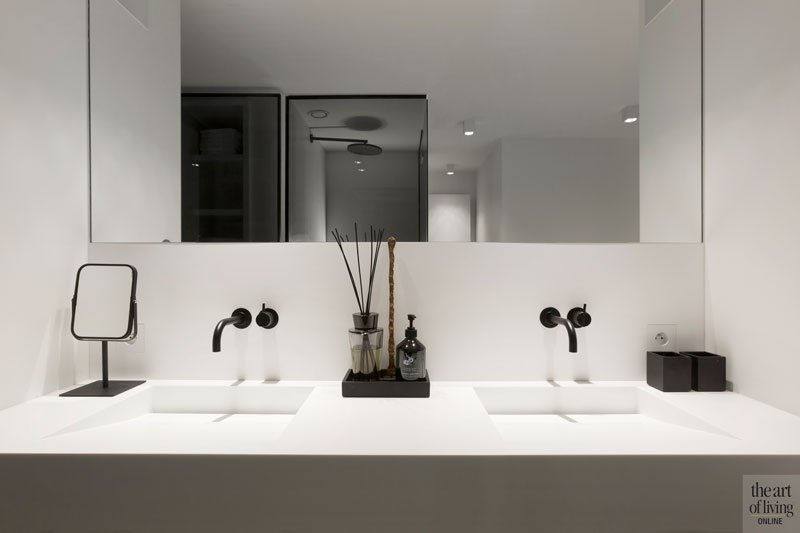 Badkamer, wastafel, spiegel, sanitair, kranen, VOLA, modern appartement, DesignbyAnke