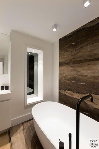 Badkamer, vrijstaand bad, kraan, VOLA, Jee-O, nis, spiegel, modern appartement, DesignbyAnke