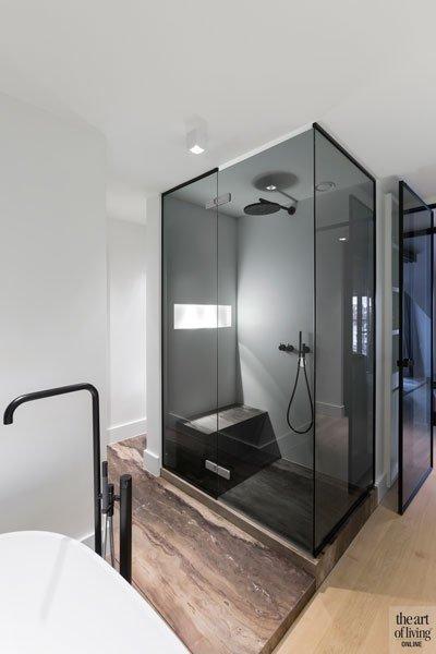 Badkamer, inloopdouche, bad, kraan, VOLA, natuursteen, wit corian, modern appartement, designbyanke
