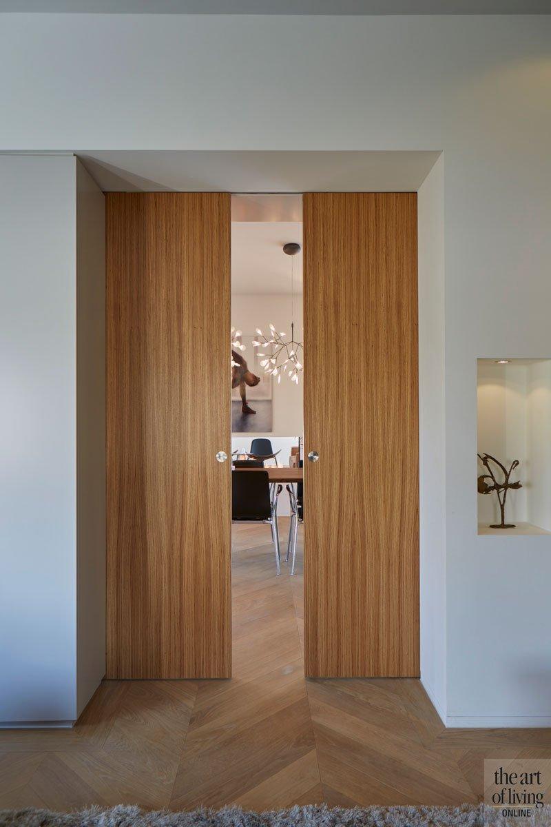 Houten deur, taatsdeur, afscheiding, open ruimte, modern en eigentijds, De Bever Architecten