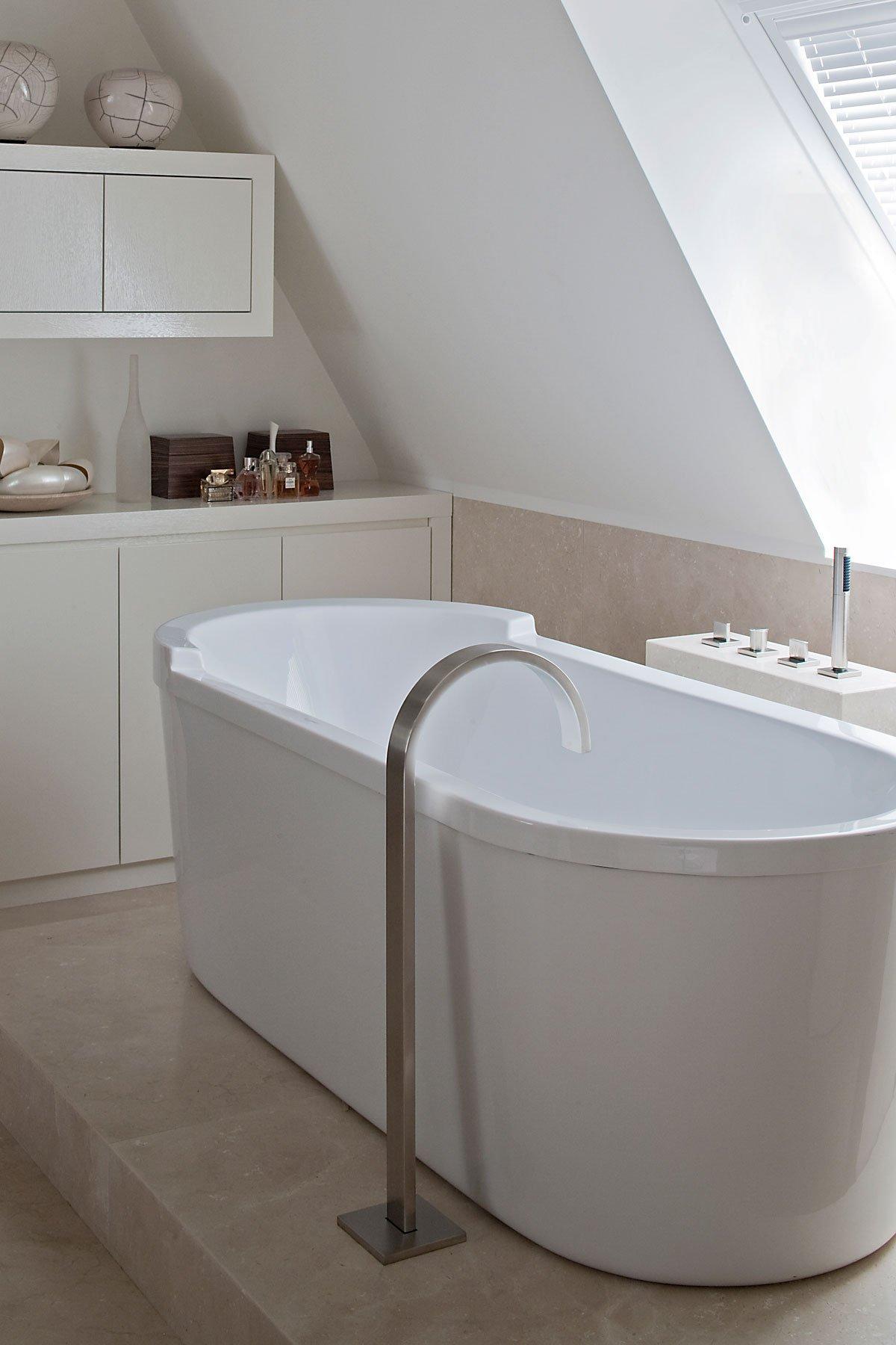 Badkamer, sanitair, vrijstaand bad, bad, kraan, riante villa, Leeflang Architectuur