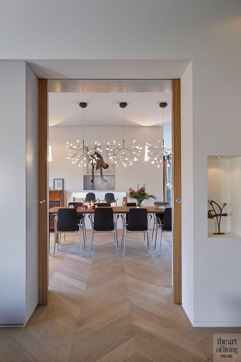 Houten deur, doorkijk, visgraat vloer, parket, hanglamp, Moooi, eettafel, modern en eigentijds, De Bever Architecten