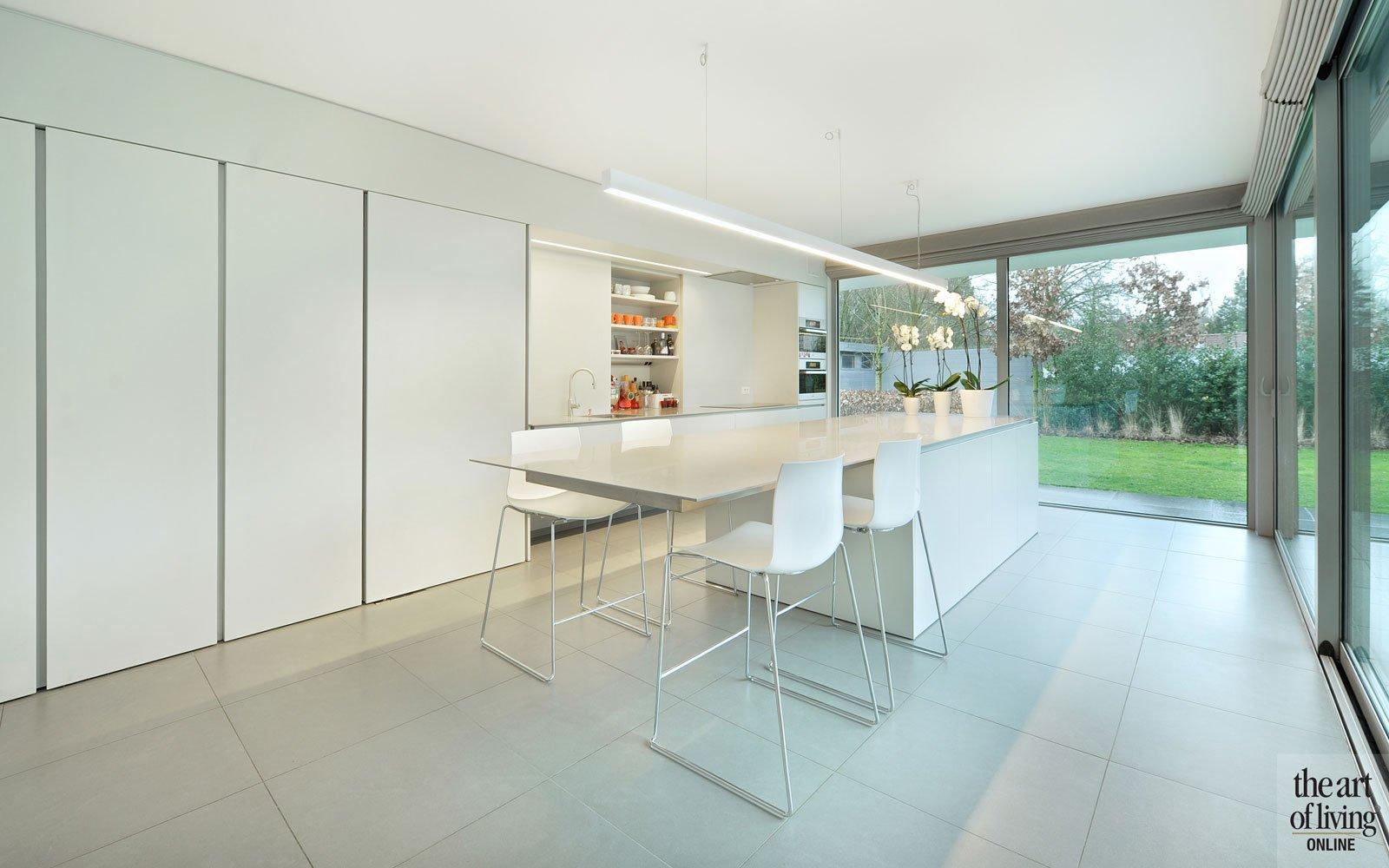 Keuken, strak, wit, tegelvloer, De keukenarchitecten, kookeiland, symmetrische woning, Schellen Architecten