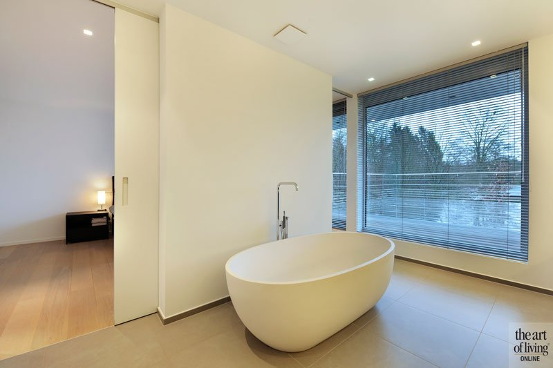 Badkamer, slaapkamer, vrijstaand bad, sanitair, schuifdeur, symmetrische villa, Schellen Architecten