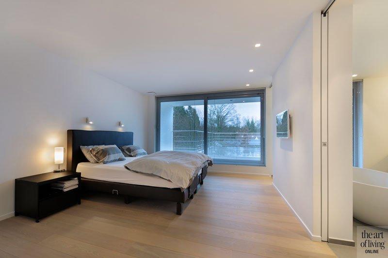 Slaapkamer, master bedroom, bed, houten vloer, parket, Grobo Parket, symmetrische woning, Schellen Architecten