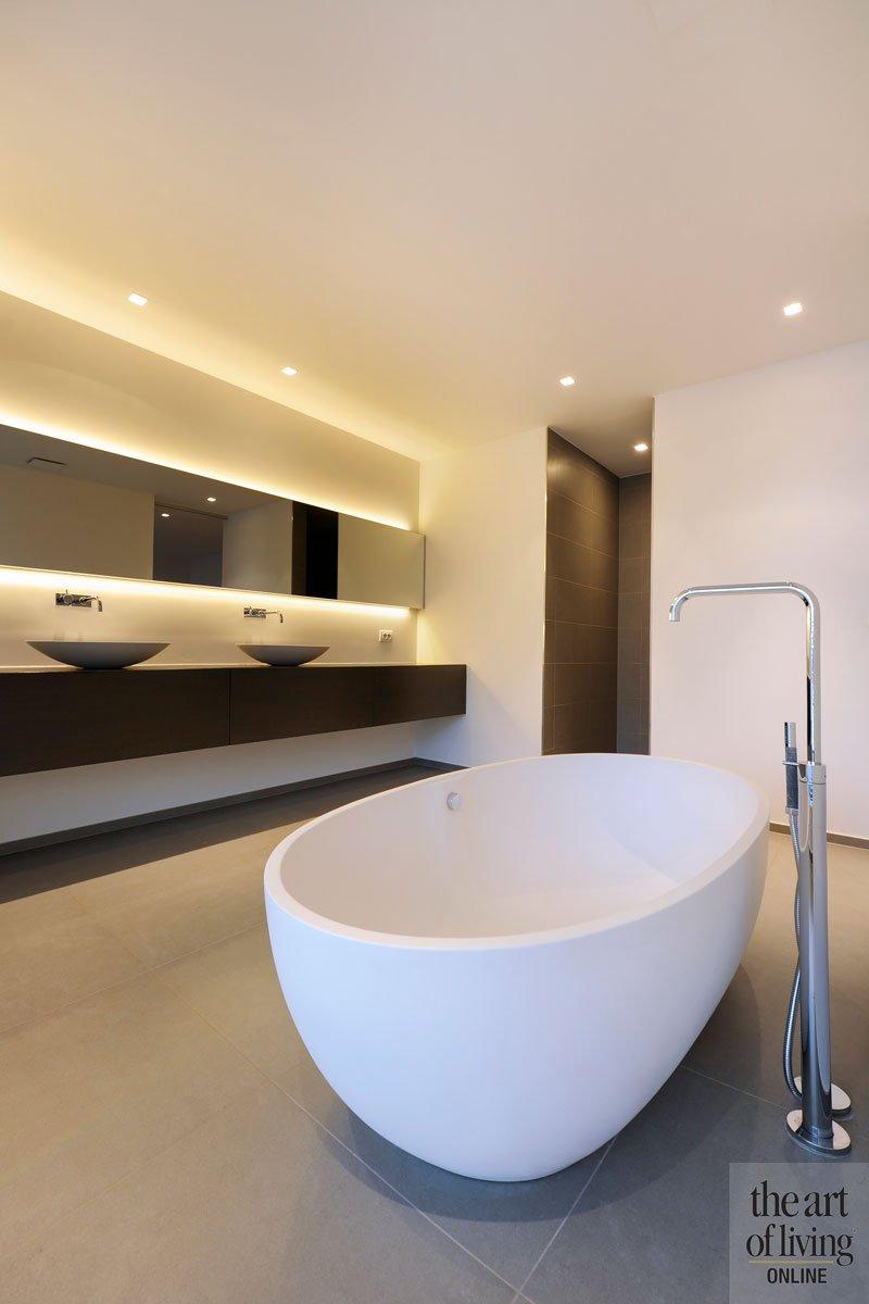 Badkamer, vrijstaand bad, wastafel, sanitair, spiegel, verlichting, Lightpoint, symmetrische woning, Schellen Architecten