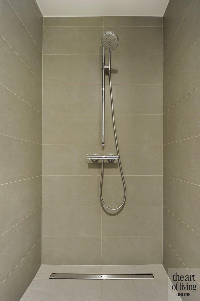 Douche, inloopdouche, badkamer, sanitair, tegels, tegelwand, symmetrische woning, Schellen Architecten