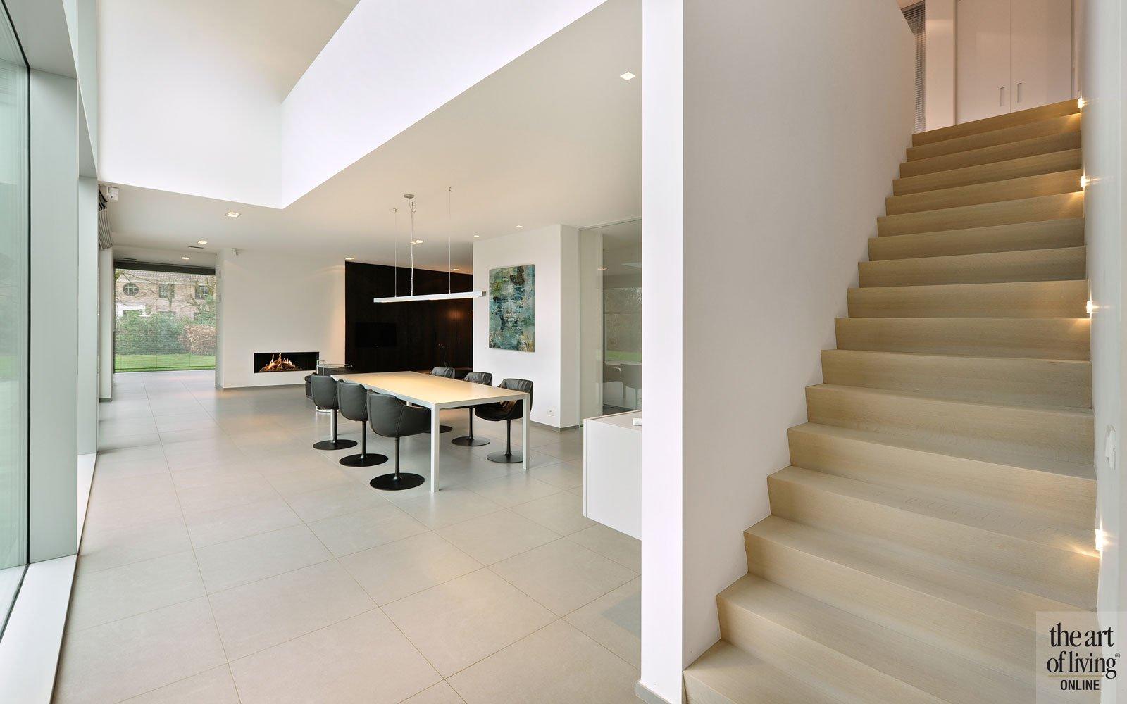 Eetkamer, eettafel, houten tafel, ruimtelijk, trap, vide, krukjes, symmetrische woning, Schellen Architecten