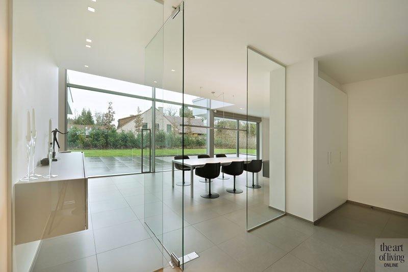 Eetkamer, tegelvloer, glazen deur, Walter Smet vloer- en tegelwerken, symmetrische woning, Schellen Architecten
