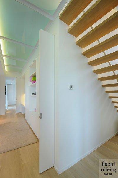 Hal, houten trap, glas, melkglas, doorzichtig, lichtinval, eigentijdse villa, schellen Architecten