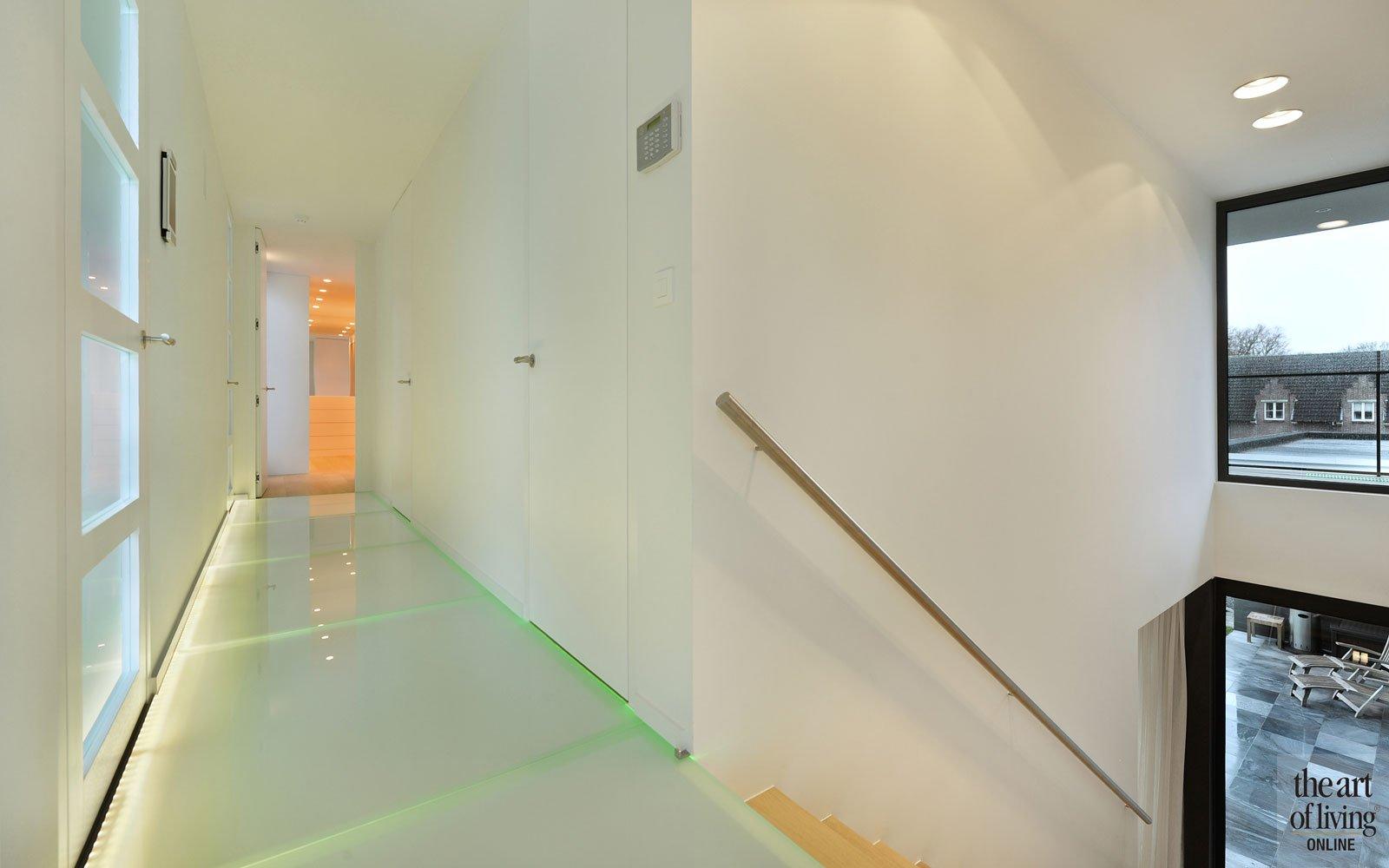 trap, bovenverdieping, melkglas, doorzichtig, transparant, licht, ruimtelijk, eigentijdse villa, Schellen Architecten