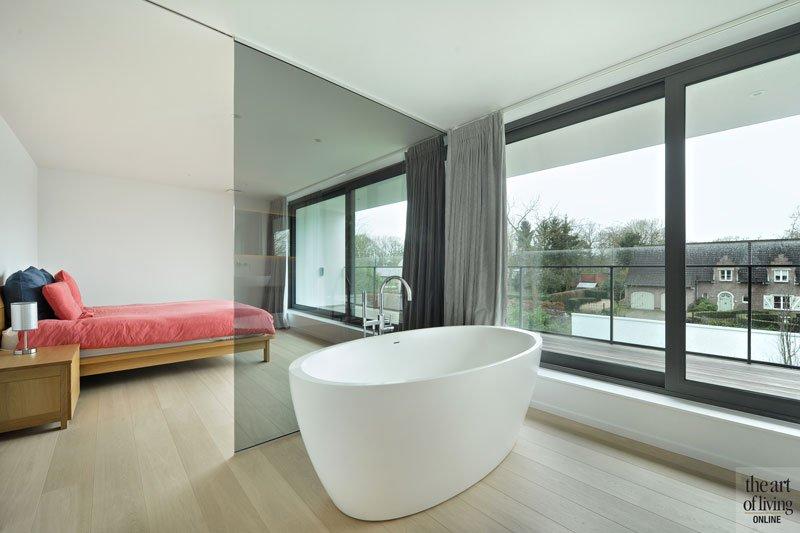 Slaapkamer, master bedroom, glazen wand, vrijstaand bad, badkamer, houten vloer, eigentijdse villa, Schellen Architecten