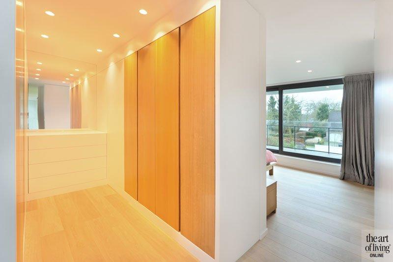 Slaapkamer, inloopkast, houten vloer, houten kasten, grote ramen, eigentijdse villa, Schellen Architecten