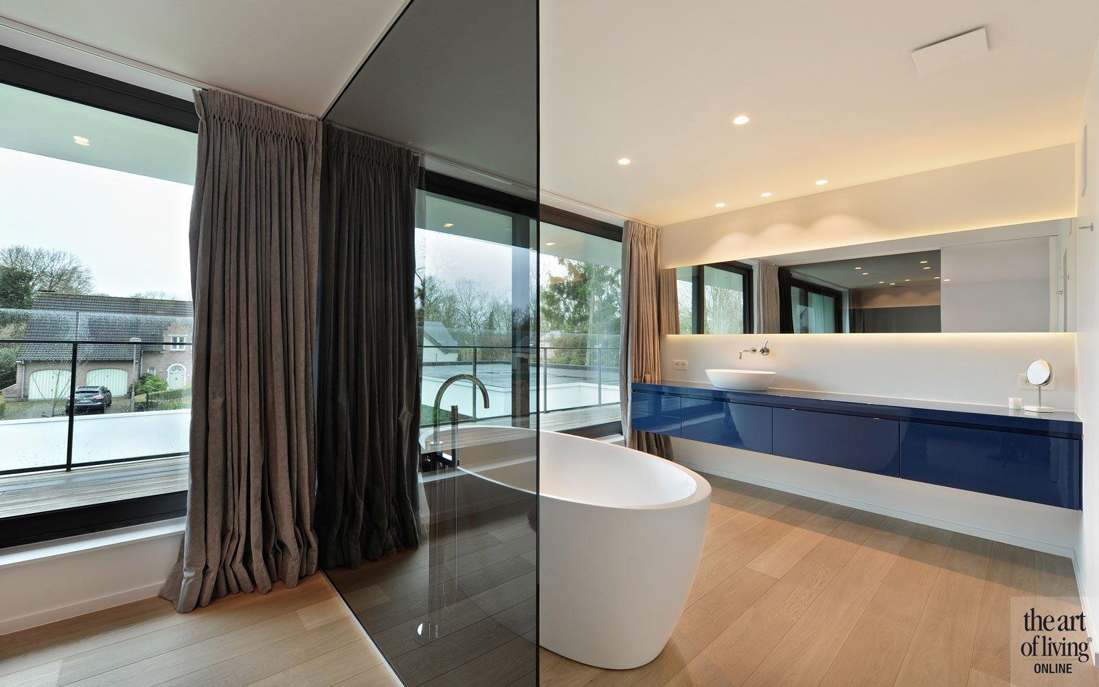 Badkamer, slaapkamer, glazen wand, vrijstaand bad, wastafel, sanitair, houten vloer, eigentijdse villa, Schellen Architecten