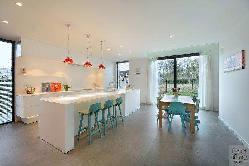 Keuken, modern, witte korian, barkrukken, Cockaert design, WoodYou, schrijnwerk, eigentijdse villa, Schellen Architecten