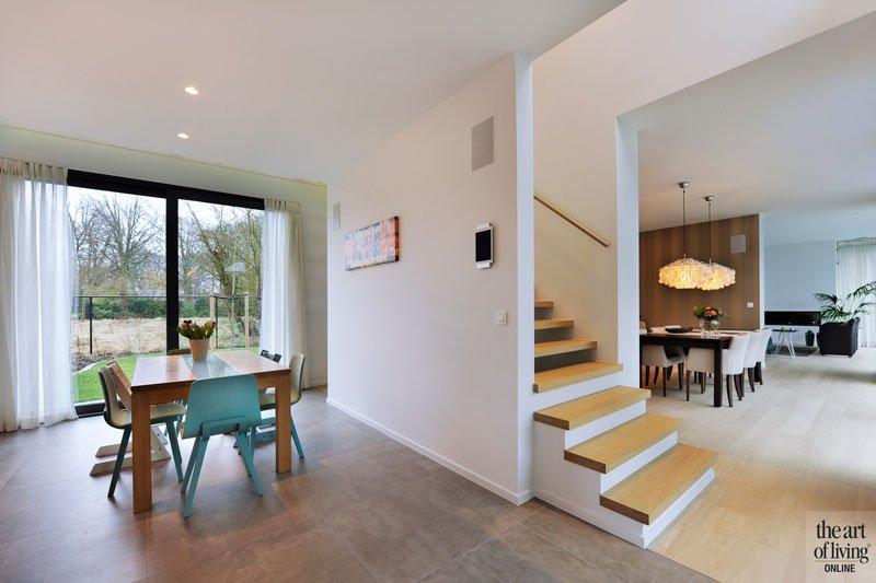 Eetkamer, keuken, tegelvloer, houten vloer, trap, houten trap, ruimtelijk, eigentijdse villa, Schellen Architecten