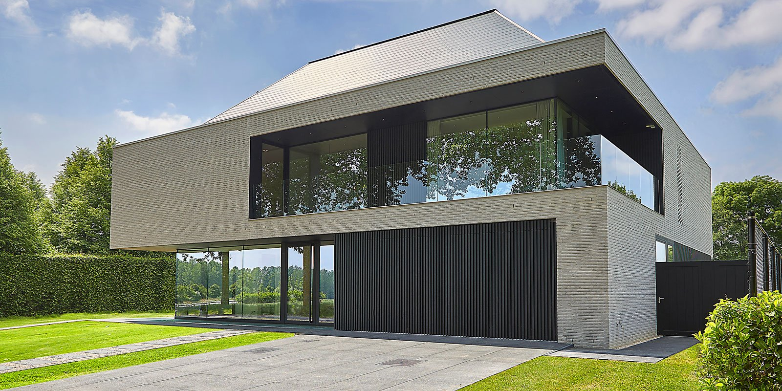 Binnenkijkers the art of living be for Moderne villa architectuur