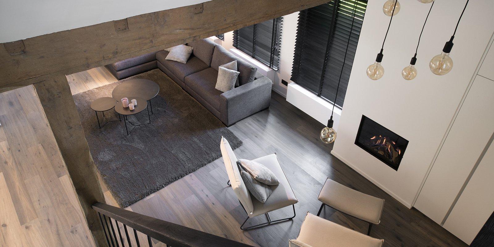 QTD, Interieur, Bank, Lounge, Sofa, Ramen, Shutters, Zonnewering, Woonkamer, Living, Verlichting, Haard, Kachel, Design,