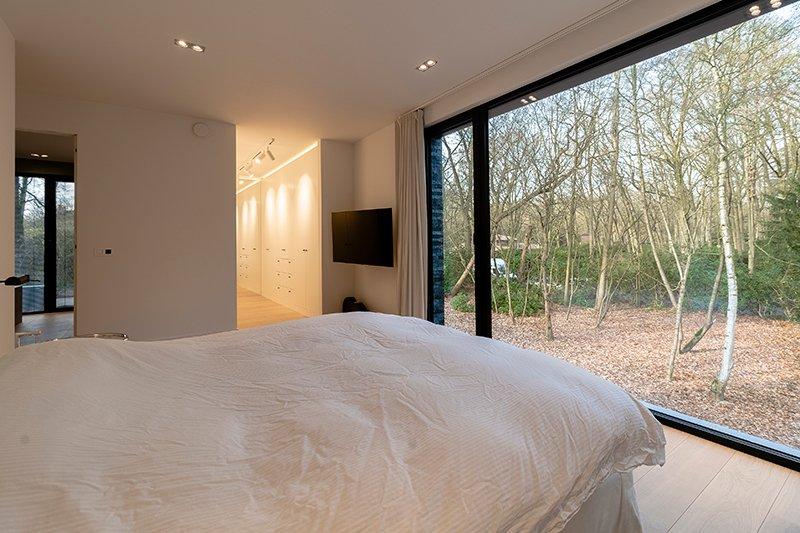 Sfeervol wonen in de natuur, KOON Architectuur, Toon Mennes, slaapkamer, open karakter, dressing