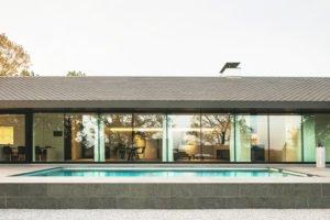 Moderne luxe villa, Architectuuratelier De Jaeghere, glaspartij, patio, zwembad