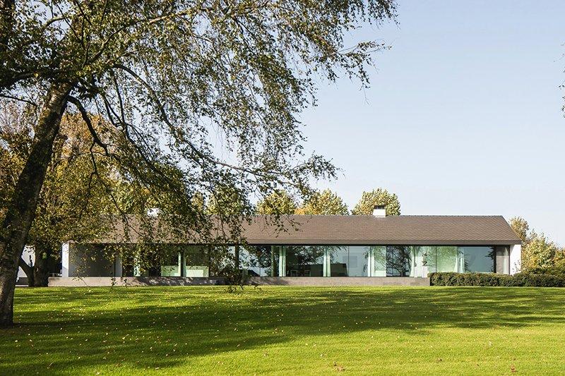 Moderne luxe villa, Architectuuratelier De Jaeghere, glaspartij, voorzijde, ruimte