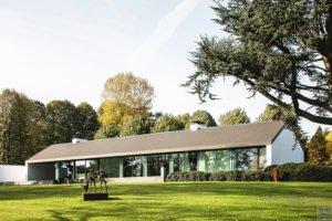 Moderne luxe villa, Architectuuratelier De Jaeghere, glaspartij, ruimte, statige bomen