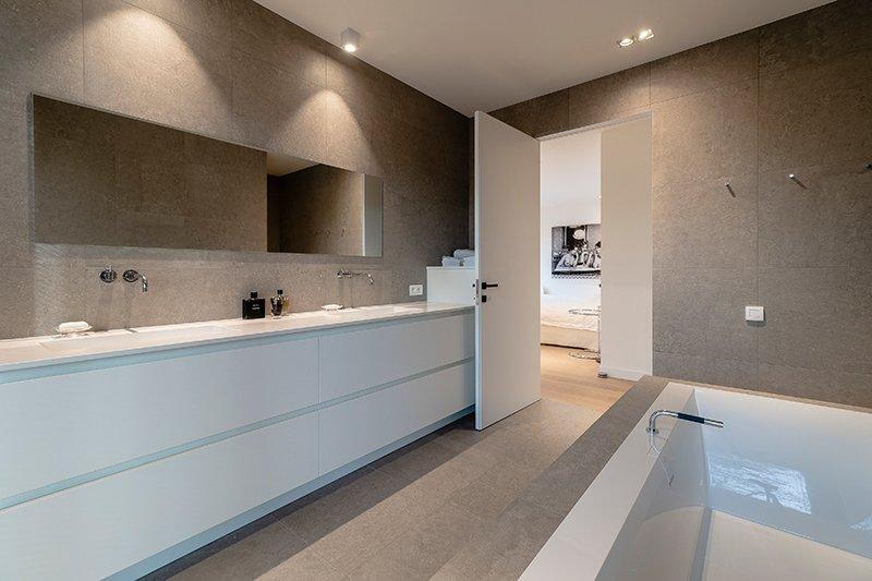 Sfeervol wonen in de natuur, KOON Architectuur, Toon Mennes, badkamer, ligbad, in loop douche
