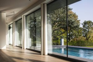 Moderne luxe villa, Architectuuratelier De Jaeghere, glaspartij, binnen