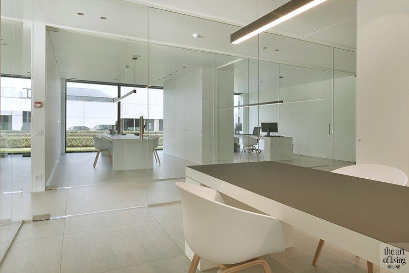 Kantoorpand met moderne inrichting, Jelle Vandecasteele, Deba Pharma, open werkruimte, burelen, glaspartijen
