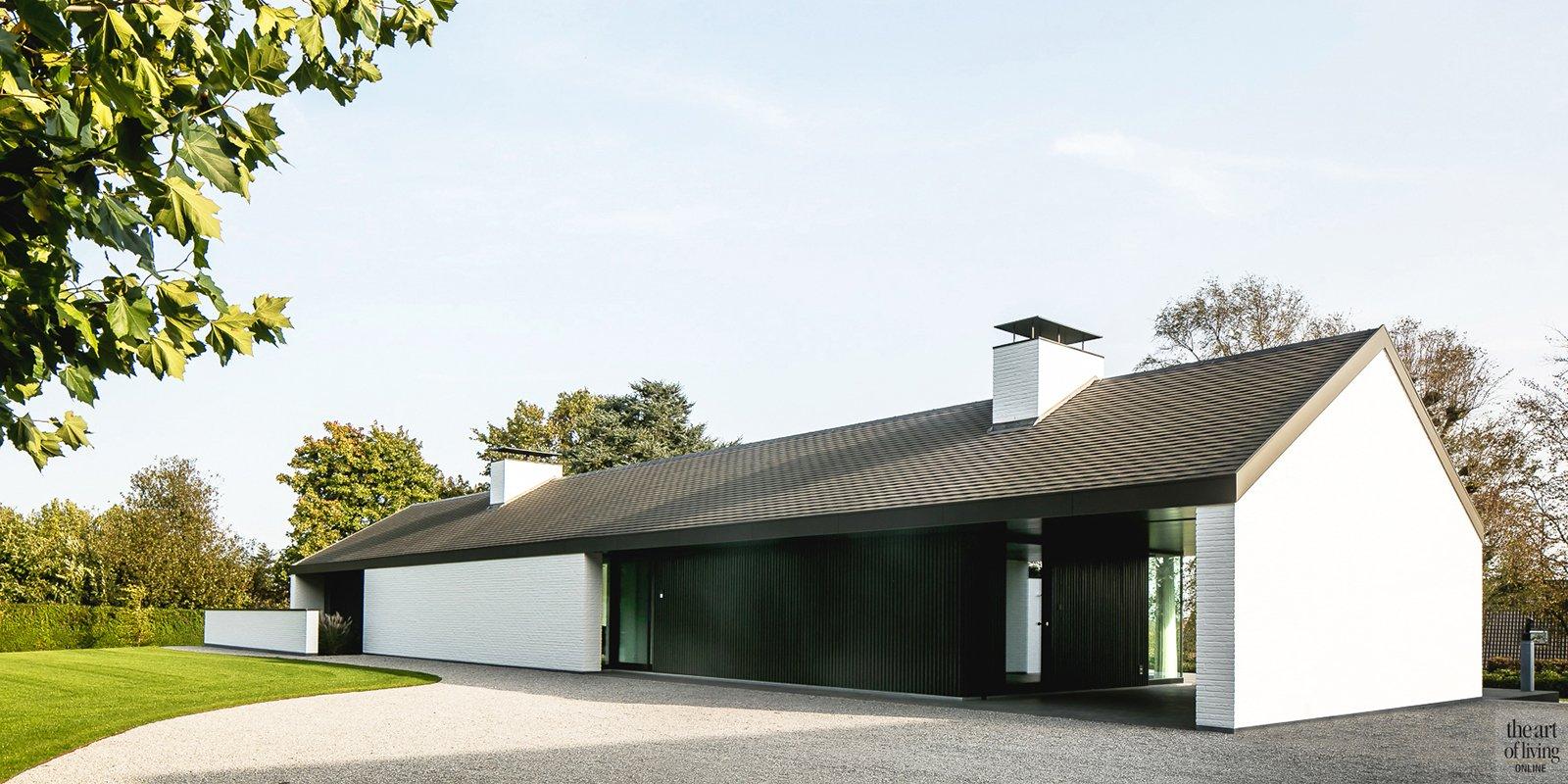 Moderne luxe villa, Architectuuratelier De Jaeghere, glaspartij, achterzijde, luifel, zwart hout