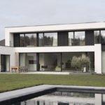 Tijdloos wonen, Kris van den Broeck, Modern interieur, Wit interieur, Strak Interieur, Exterieur, Garage, Strakke villa, witte villa